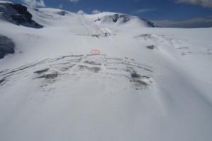 在冰缝中发现遇难滑雪者的尸体