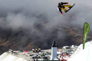 Clark, Aono参加在New Zealand的Snowboard World Cup Halfpipe开幕赛